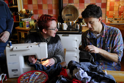 Sewing session!Tara et Alasdair